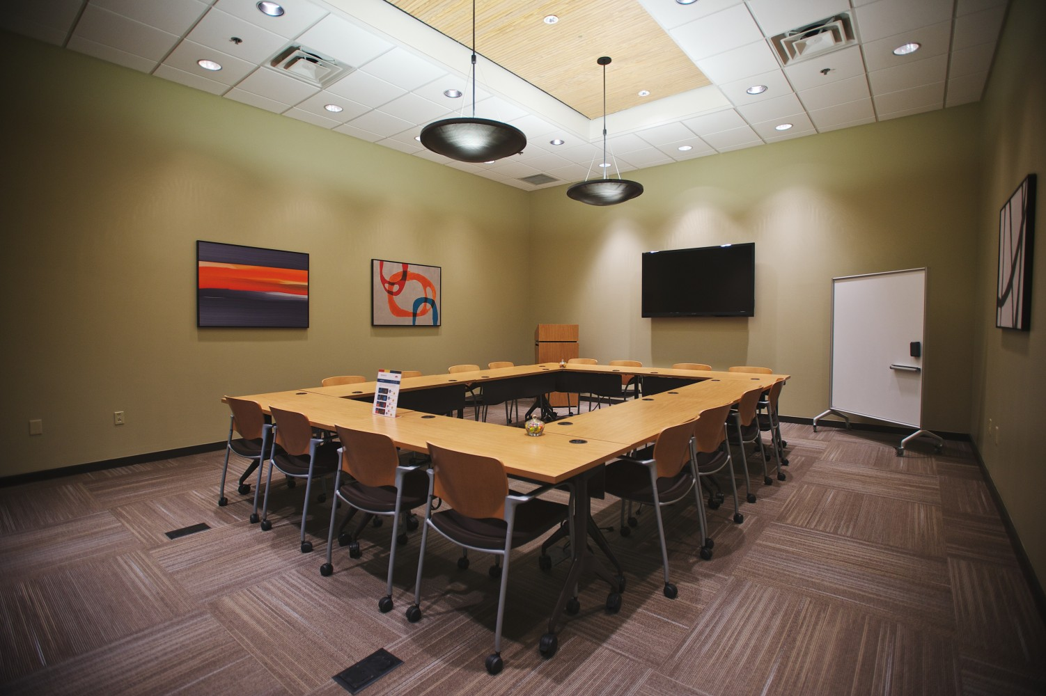 Meeting rooms for rent in Brentwood, TN, small event space and meeting space, training room rentals and corporate training rooms at Envision, call today!